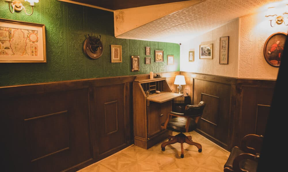 Escapologic room with desk
